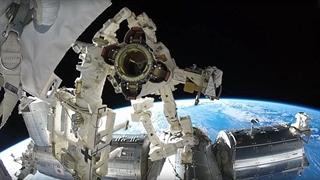 نمای زمین هنگام تعمیر ایستگاه فضایی