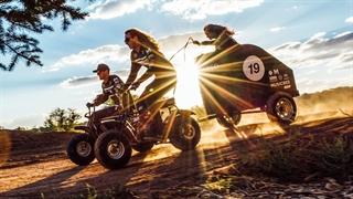 """مسابقات موتور سواری با گاری بانوان """"عجیب ترین ورزش های جهان"""""""
