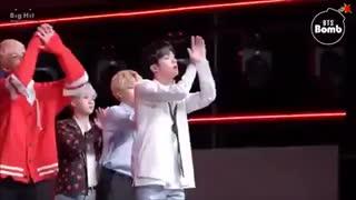وقتی جونگ کوک و تهیونگ حتی وسط اجرا هم شیطونی میکنن^-^
