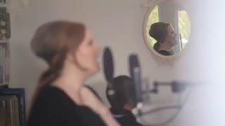 خواننده معروف Adele  با لهجه بریتیش و لهجه آمریکایی
