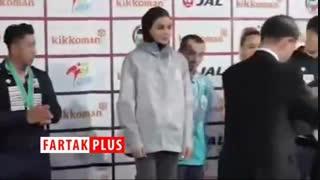 دست ندادن سارا بهمنیار با یک مرد حین گرفتن مدال طلا در لیگ جهانی کاراته وان