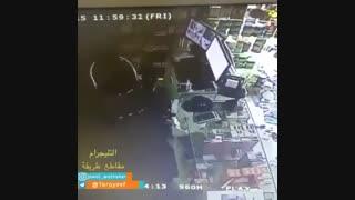 دزد قرآن را می بوسد و به کار خود ادامه می دهد