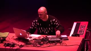 اجرای موسیقی الکترونیک جز توسط Bugge Wesseltoft, Henrik Schwarz و Dan Berglund در Boiler Room آمستردام