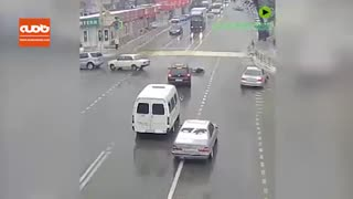راننده بعد از تصادف از ماشین به بیرون پرتاب شد و ماشین خود به خود پارک شد