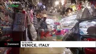 گردشگران و ساکنان شهر ونیز ایتالیا چکمهپوش شدن