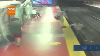 جوان حواس پرت اما خوش شانس در مترو بوینس آیرس آرژانتین