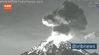 لحظه فوران آتشفشان در مکزیک