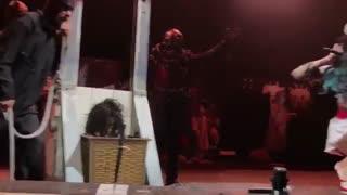اعدام ستاره ی راک بر روی صحنه با گیوتین (برای افراد زیر 18 سال مناسب نمی باشد)