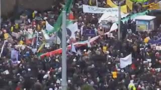 حضور شرکت کنندگان در راهپیمایی ۲۲ بهمن در حرم مطهر رضوی