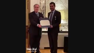 لحظه اهدای نشان شوالیه به شهاب حسینی - iCinemaa.com