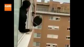 تنیس بازی دو ایتالیایی از پنجره با هم در قرنطینه خانگی